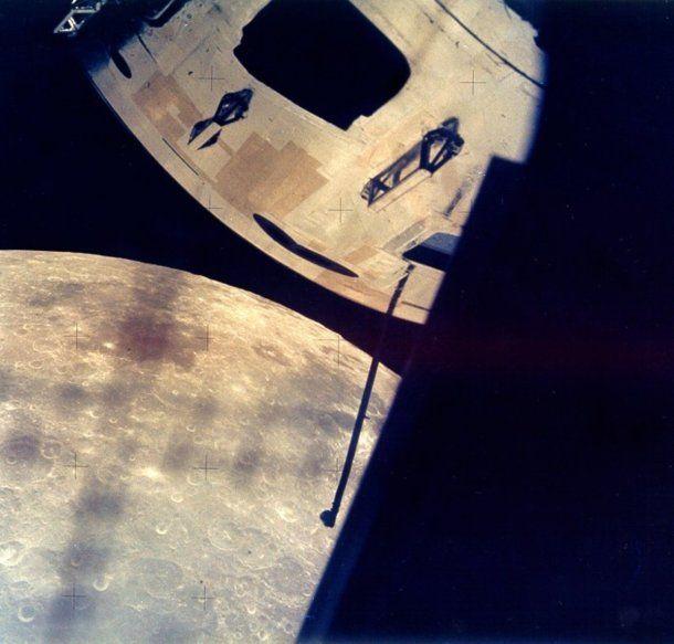 La NASA desclasificó fotos de la luna para probar que se produjo por el choque de un planeta contra la Tierra
