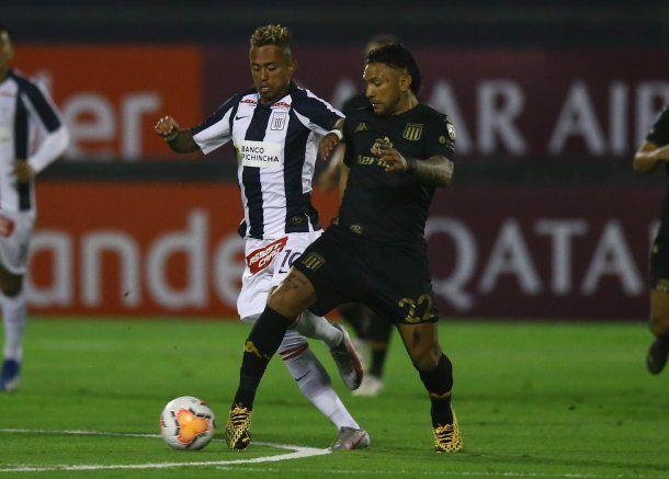 Racing le ganó sobre la hora a Alianza Lima en Perú.