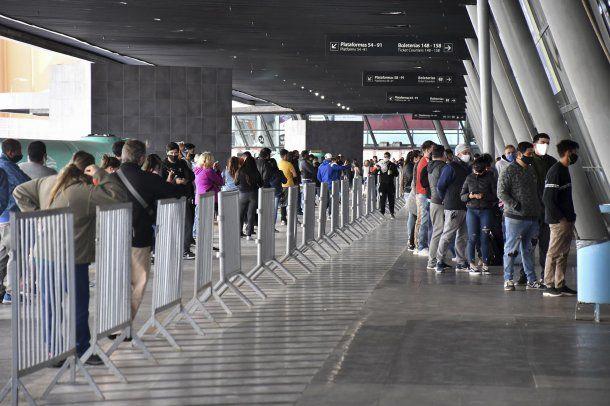 Córdoba: largas filas, con distancia social, para realizarse los hisopados en la Nueva Terminal