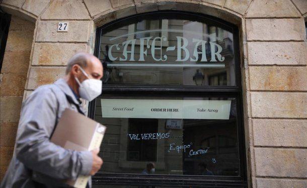 Cierran bares y restaurantes en Cataluña por la segunda ola de coronavirus.