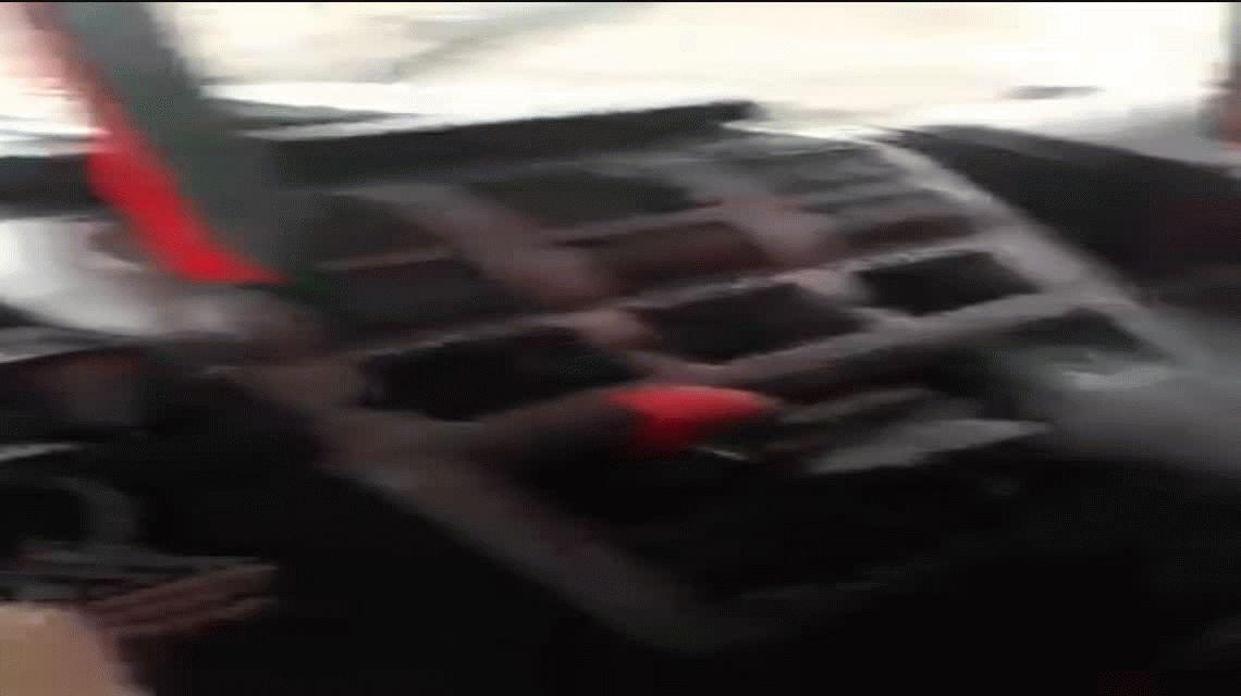 Peligro al volante: un hombre cocina fideos mientras maneja un camión