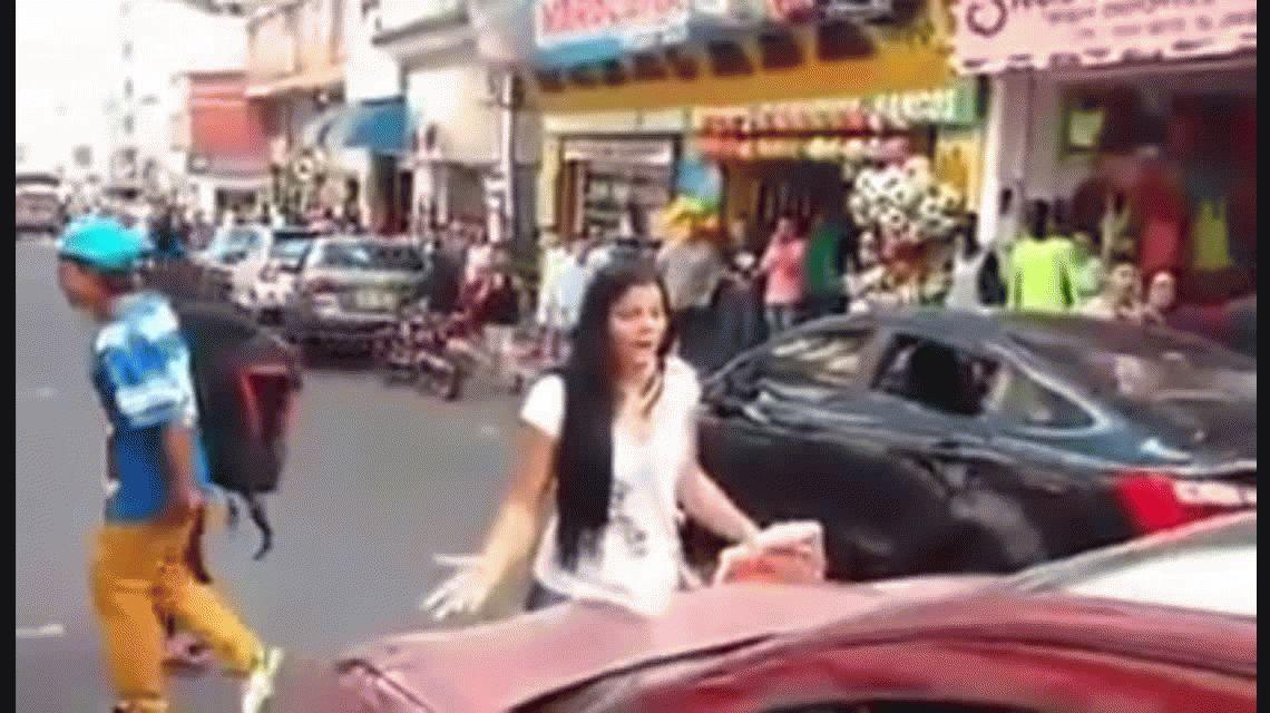 VIDEO: Cortó el tránsito al descubrir a su esposo con una amante en la calle