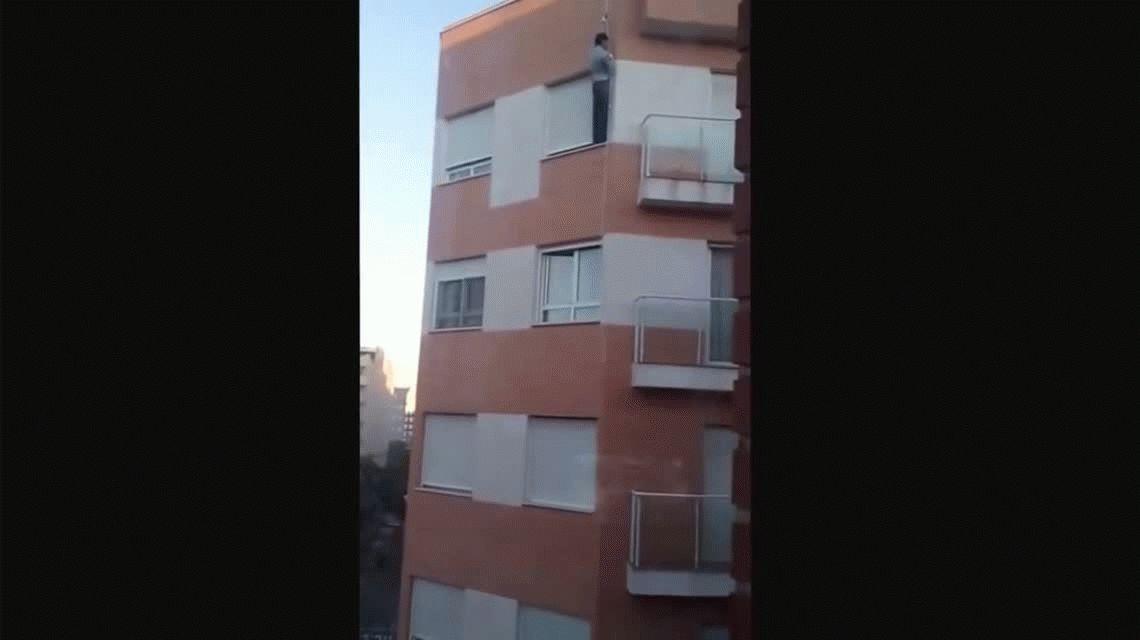 VIDEO: Se olvidó las llaves adentro, quiso entrar por la ventana, pero murió