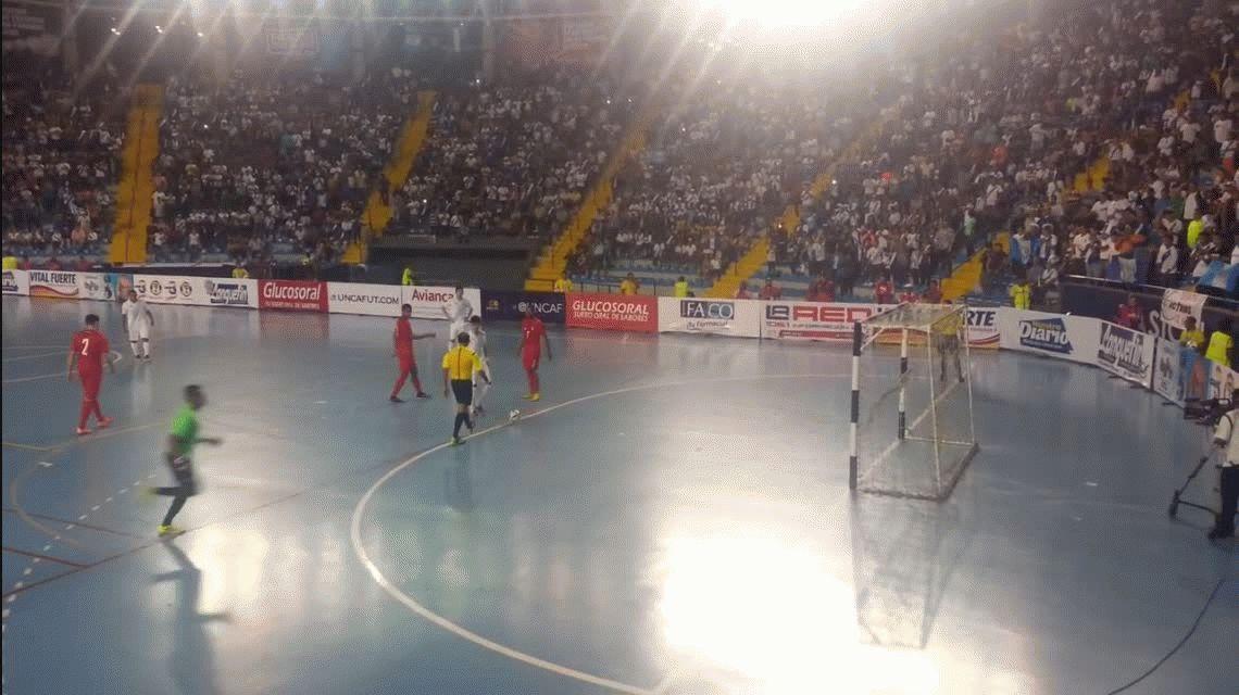Engañó y soprendió a todos: mirá el increíble gol de penal en una final de futsal