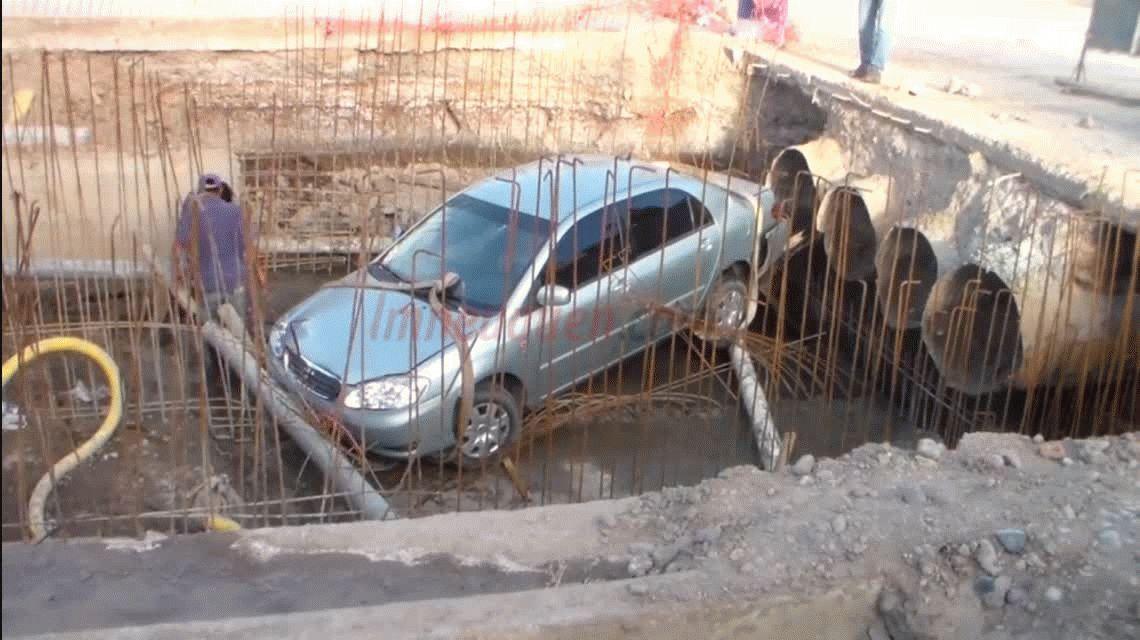 No vio que la calle estaba cortada y terminó con su auto adentro de un desagüe