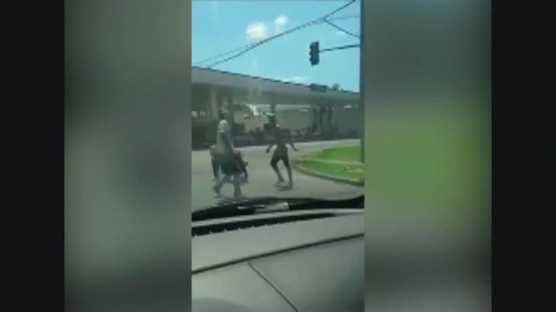 Violencia en plena calle: sacó un arma en una pelea y quedó filmado