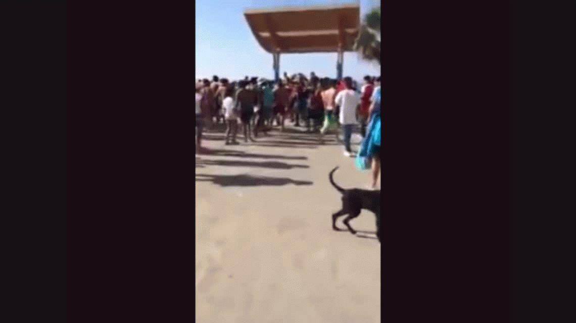 VIDEO: La violenta pelea entre colombianos y chilenos en una playa
