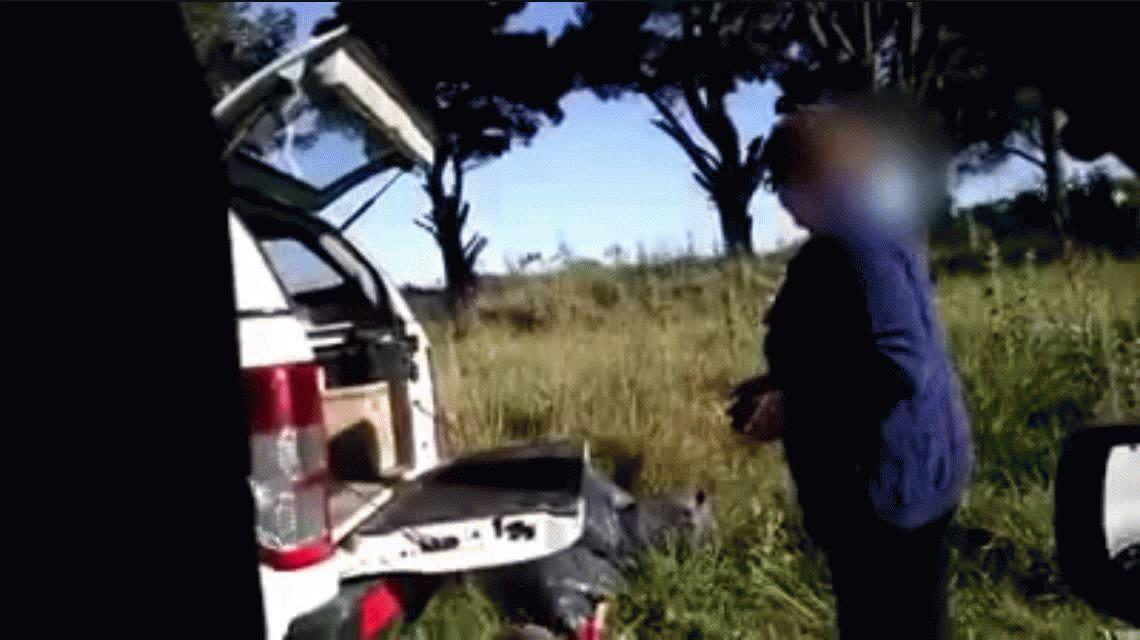 VIDEO: La descubren tirando basura en un descampado y se la vuelve a llevar
