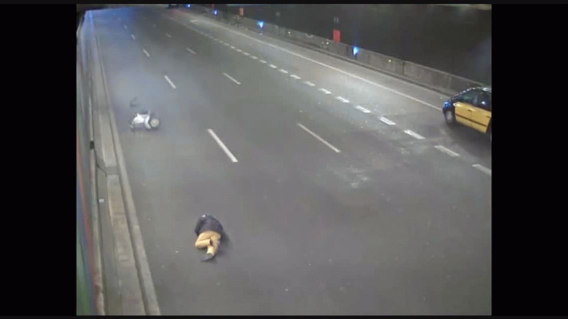 VIDEO: No ayudó a un hombre que sufrió un accidente, lo identificaron y recibió una multa