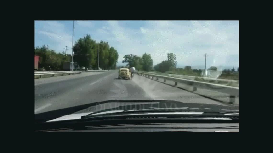 Imprudencia: Iba en una bicicleta, se agarró de un auto y viajó así 4 kilómetros
