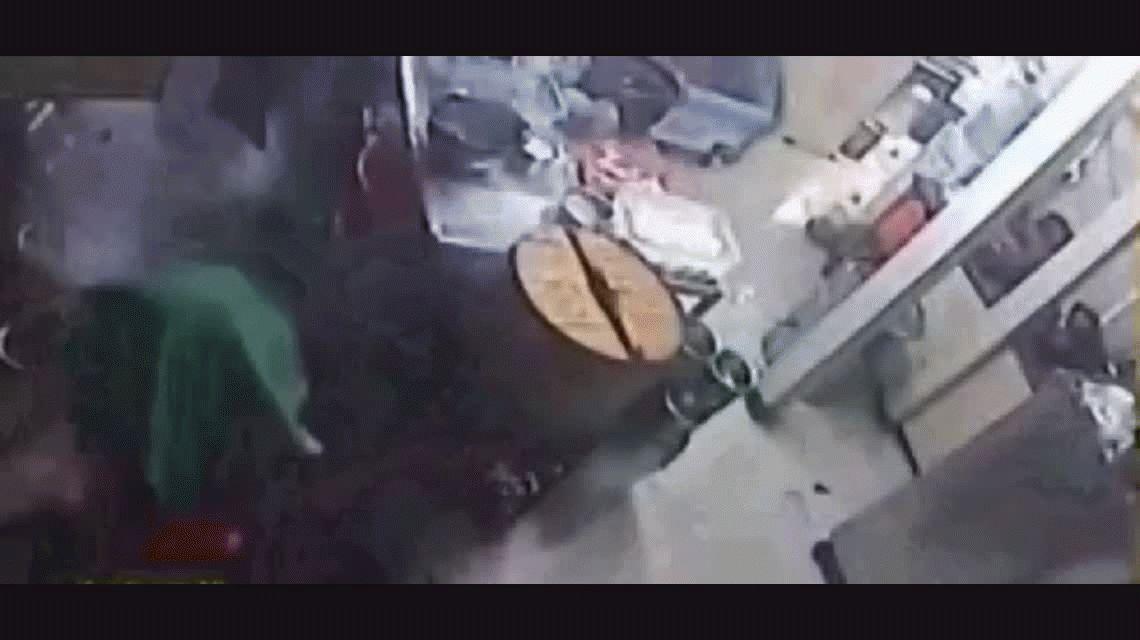 Una cocinera se distrae con el teléfono y provoca un tremendo incendio