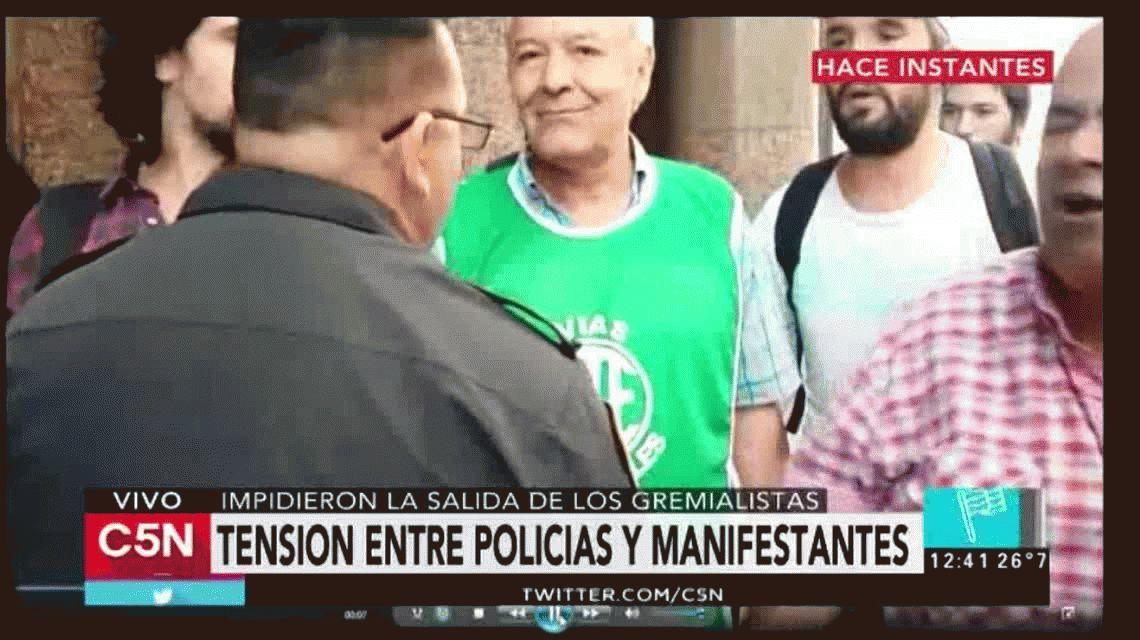 VIDEO: Tensión entre policías y sindicalistas en la puerta de Hacienda