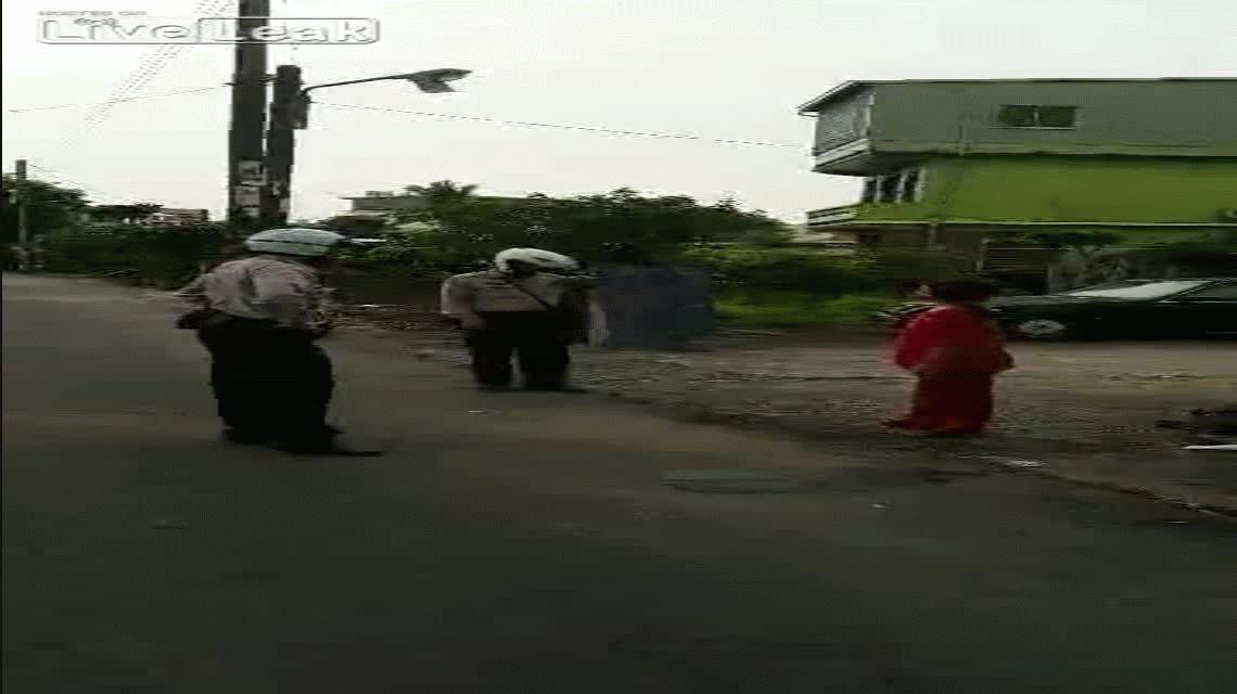 VIDEO: Policía karateca neutraliza a una mujer que lo amenazaba con un cuchillo