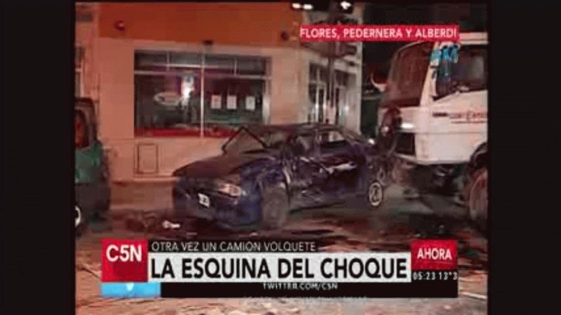 Pizzería El Choque: otra vez un camión con volquete provocó un desastre en Flores