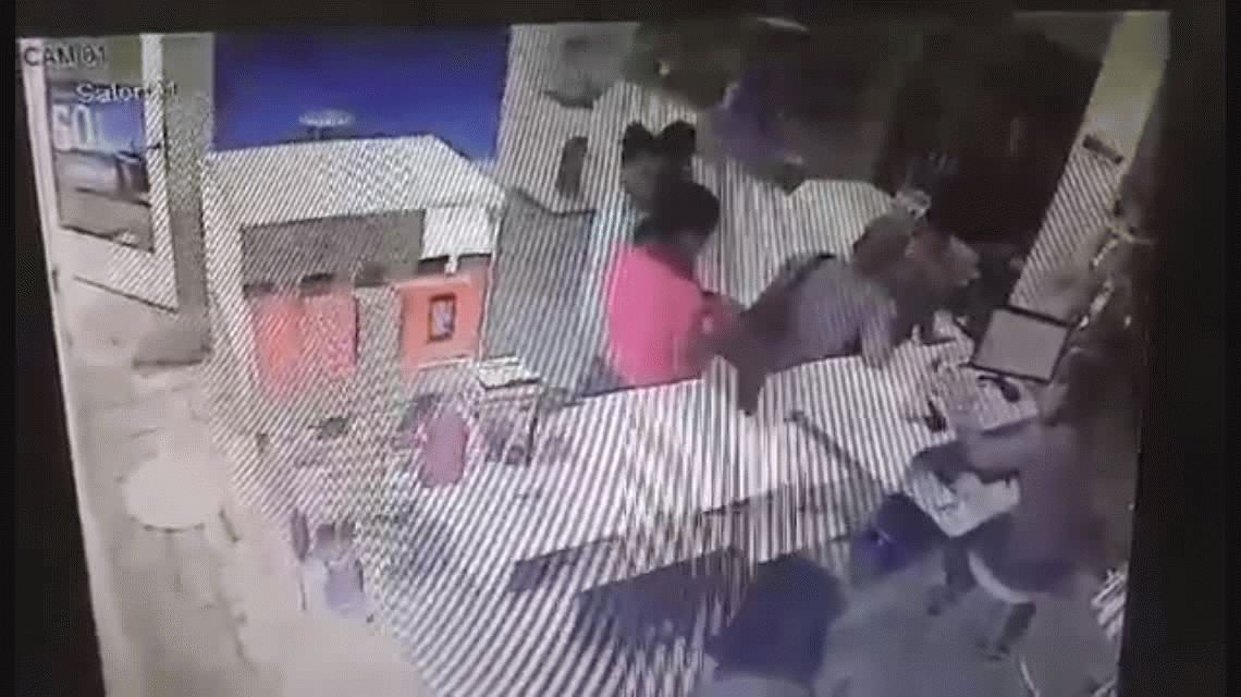 VIDEO: Con su bebé en brazos, entró a un local y robó un celular