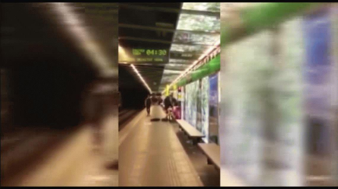 Sexo en el subte: un testigo cree que la chica no era consciente de lo que ocurría