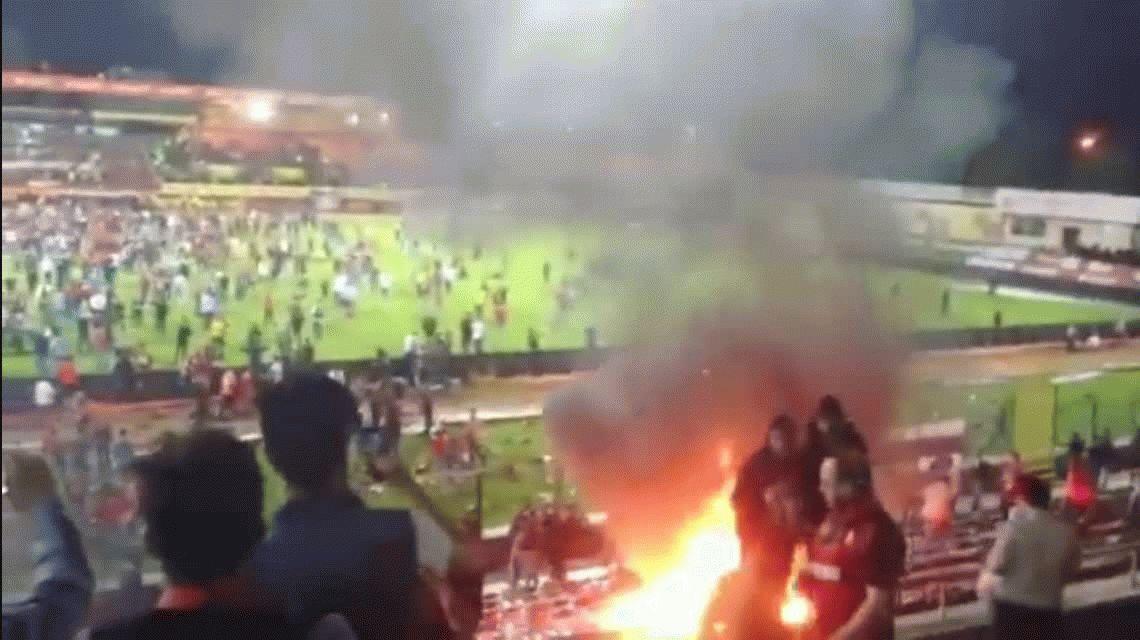 El peor final: un equipo descendió y sus hinchas prendieron fuego su estadio