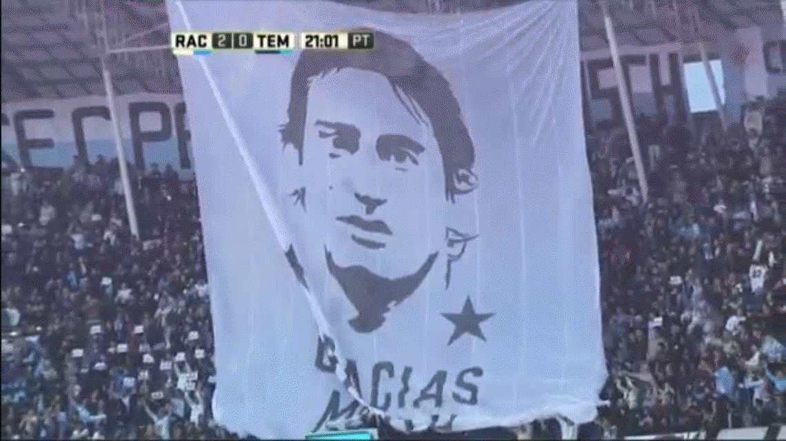 Emocionante: así homenajearon a Diego Milito en el minuto 22 en Avellaneda