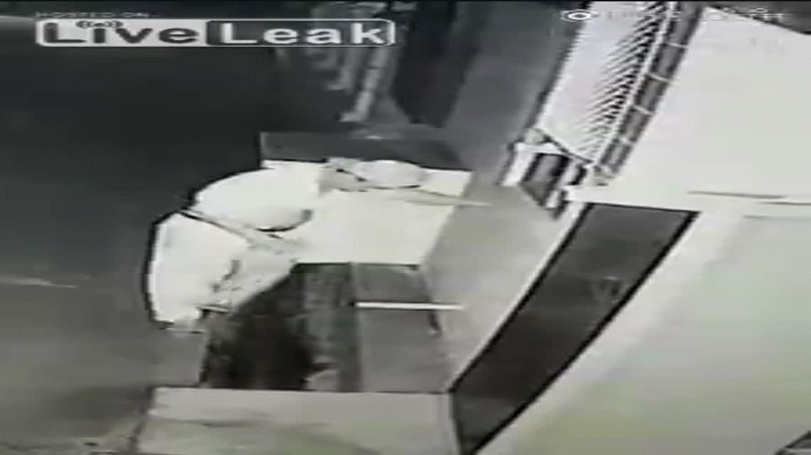 VIDEO: Un hombre tiene relaciones sexuales con una cañería