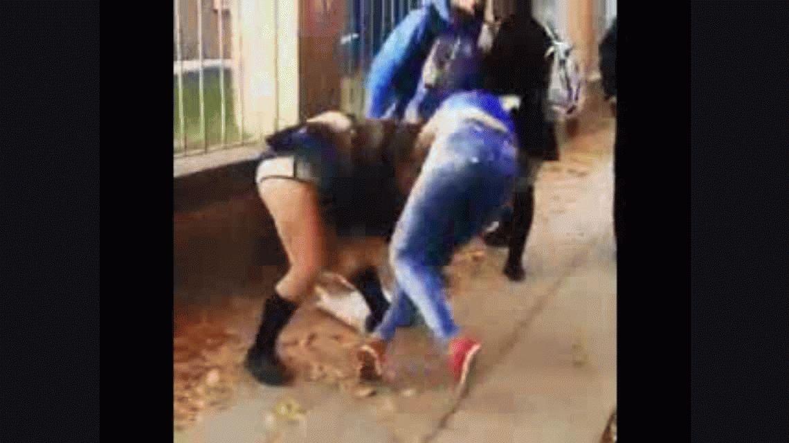 VIDEO: Otra feroz pelea entre dos alumnas en la puerta de un colegio