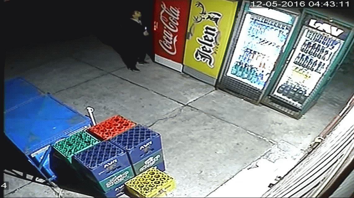 VIDEO: Se quiso robar una cerveza y se le cayó la heladera encima