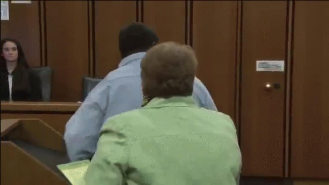 VIDEO: La reacción de un padre al ver con una sonrisa al asesino de su hija