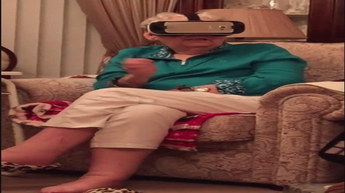 VIDEO: El terror de una abuela perseguida por dinosaurios