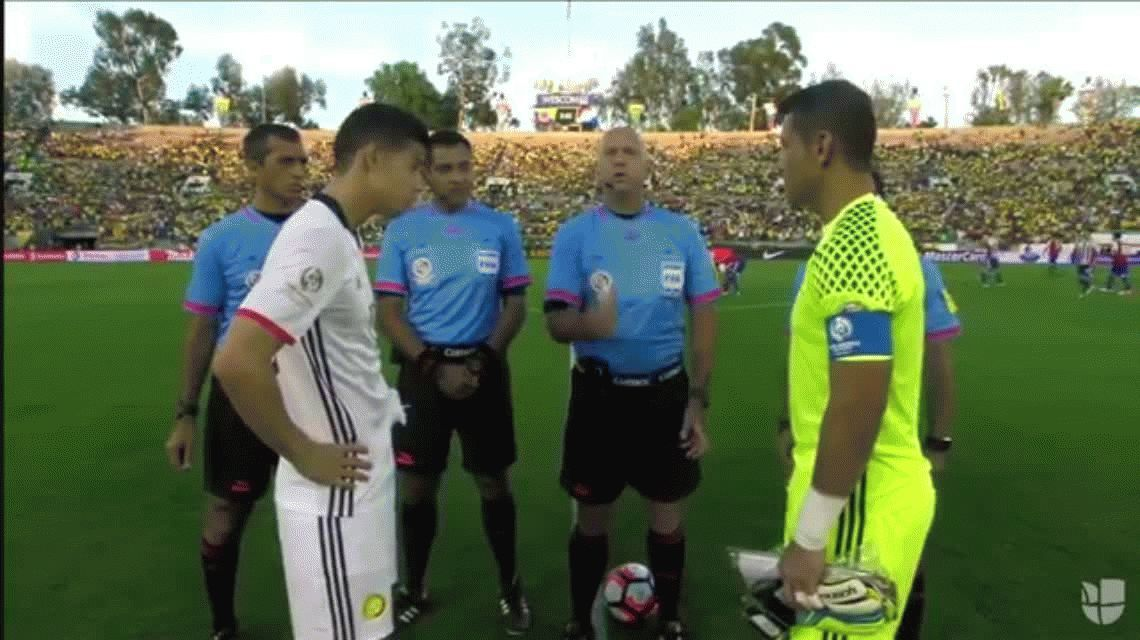Insólito: la moneda cayó parada en el sorteo del partido Colombia vs Paraguay