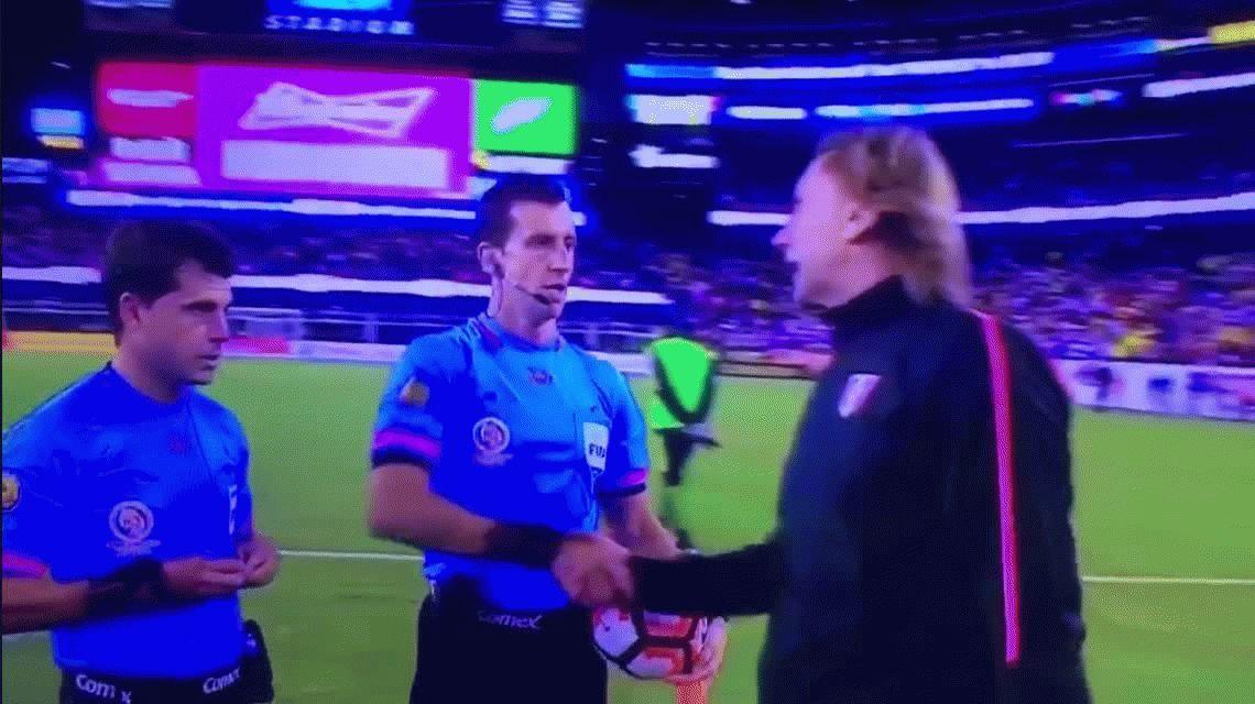 Gareca felicitó al árbitro luego del gol con la mano ante Brasil: Impecable, impecable