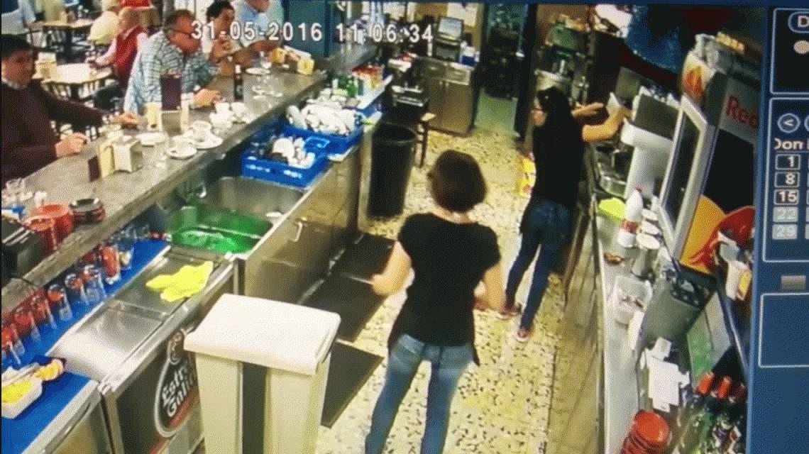 Tiembla Messi: la increíble jugada de una moza para evitar que una taza se rompa