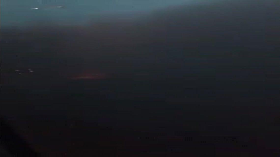 Susto en el aire: principio de incendio en una avión tras un aterrizaje de emergencia