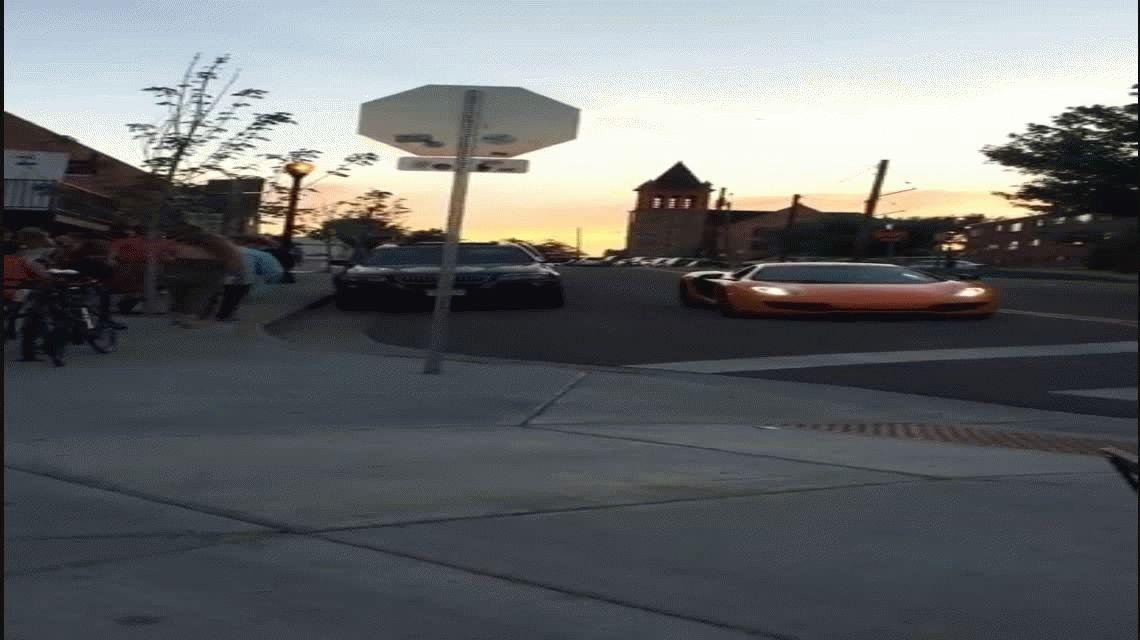 VIDEO: Ignoró una señal de tránsito y le rompieron su lujoso auto