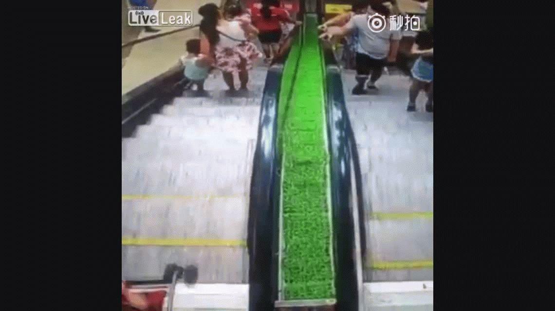 VIDEO: Una madre pierde de las manos el carrito del bebé en una escalera mecánica