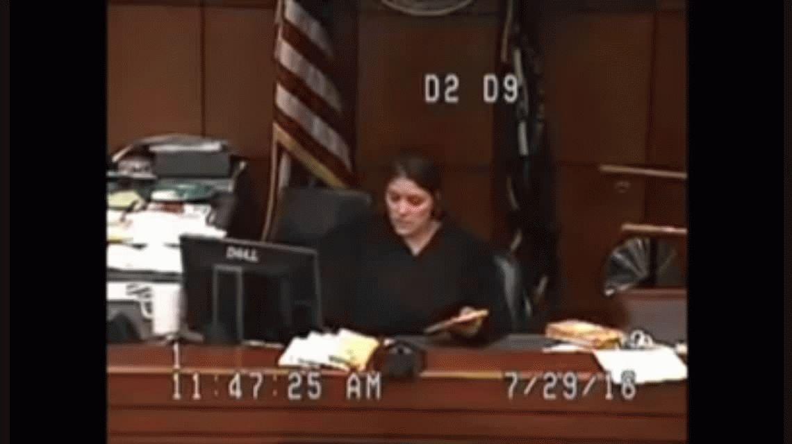 El enojo de una jueza con la policía por tener detenida a una mujer sin pantalones