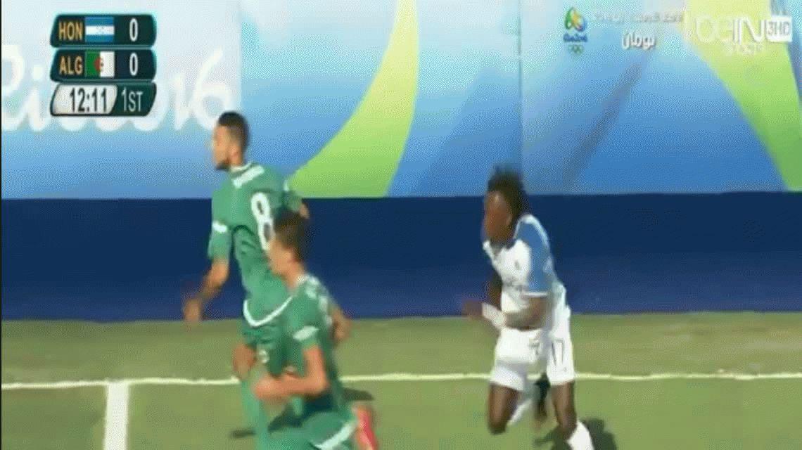 El peor debut: el arquero de Argelia tuvo una tarde fatídica y regaló dos goles