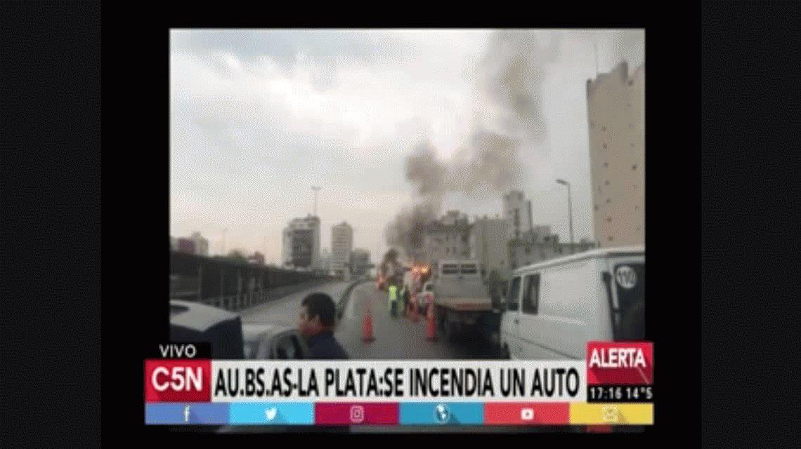 Se incendió un auto en plena autopista Buenos Aires-La Plata
