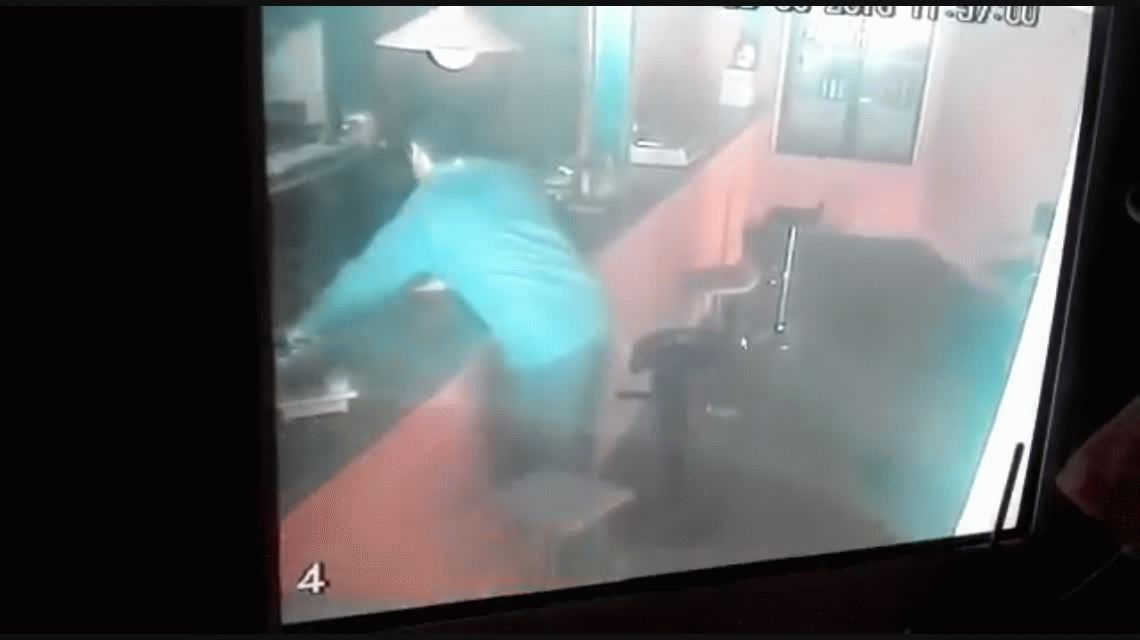 VIDEO: Vio que un ladrón robaba en su parrilla y lo echó a trompadas