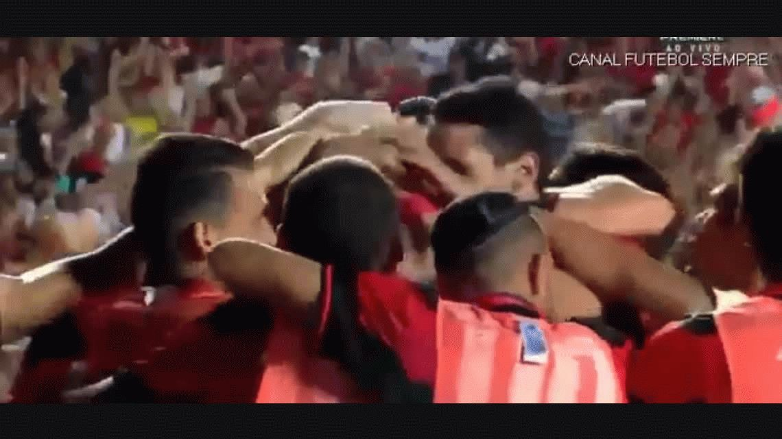 A puro lujo: Mancuello hizo un golazo de taco para el Flamengo
