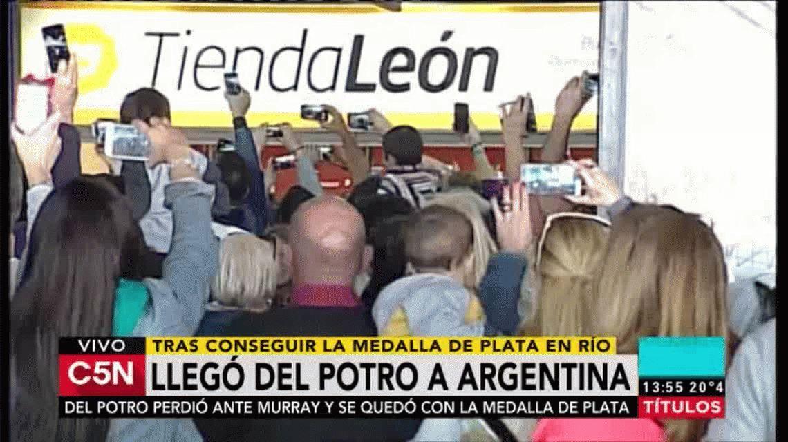 Medalla en mano, Del Potro llegó al país y fue recibido como un héroe
