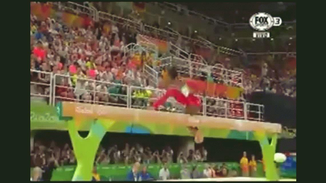 VIDEO: El error que dejó a Simone Biles sin el oro y sin el récord