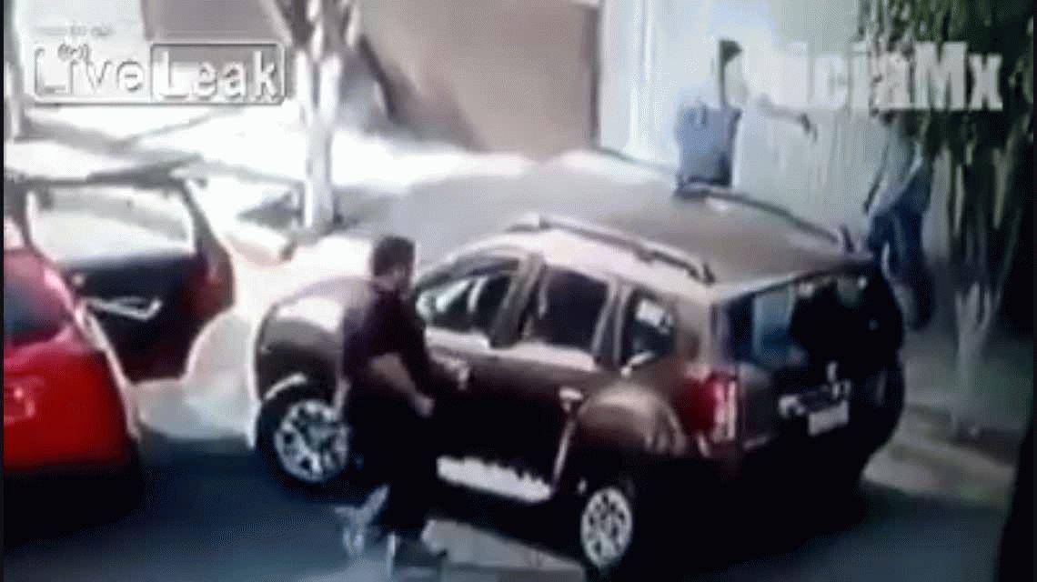 VIDEO: Le robaron la camioneta, pero logró rescatar a los hijos