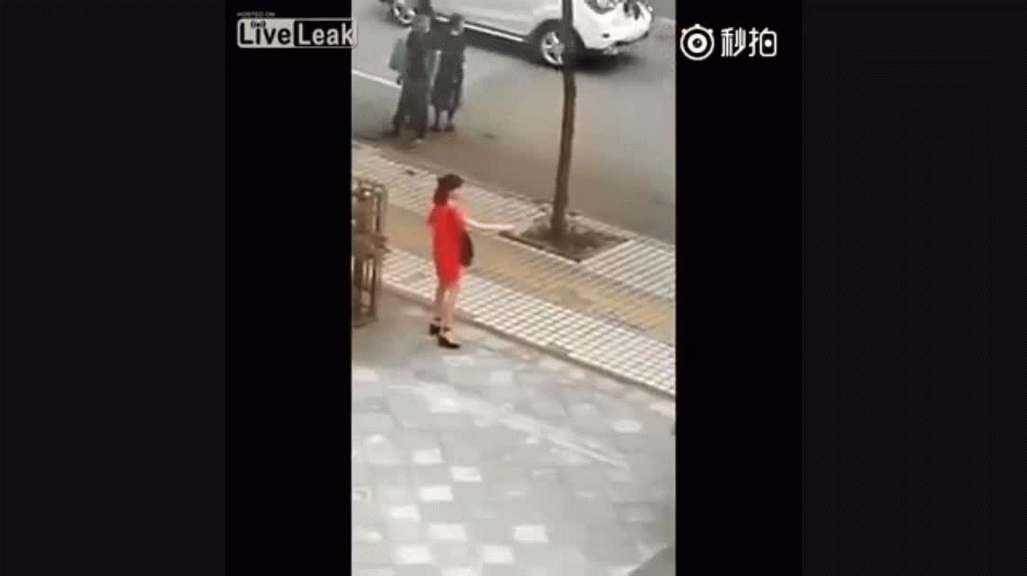 VIDEO: Un hombre salvó a una mujer que quería suicidarse en plena vía pública