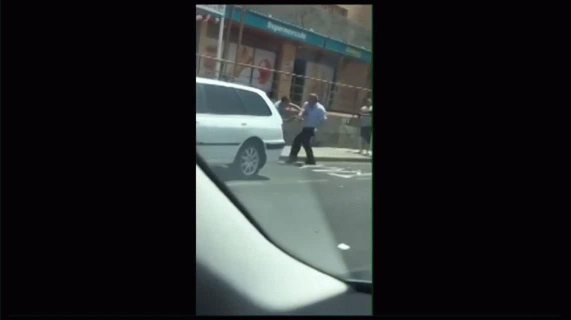 Disputa en plena calle: dos taxistas se pelearon por llevar a un pasajero