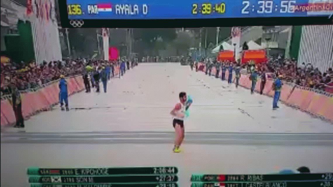 La llegada más emotiva: un argentino se lesionó y terminó la maratón ¡de costado!