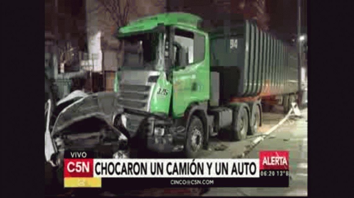 Violento choque entre un auto y un camión en Villa Urquiza