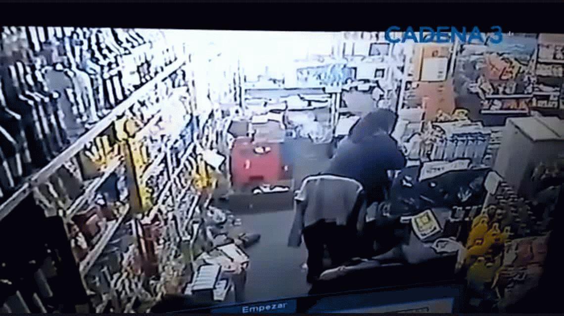 Locura en Santa Fe: un hombre quiso rociar con nafta a una mujer en un negocio