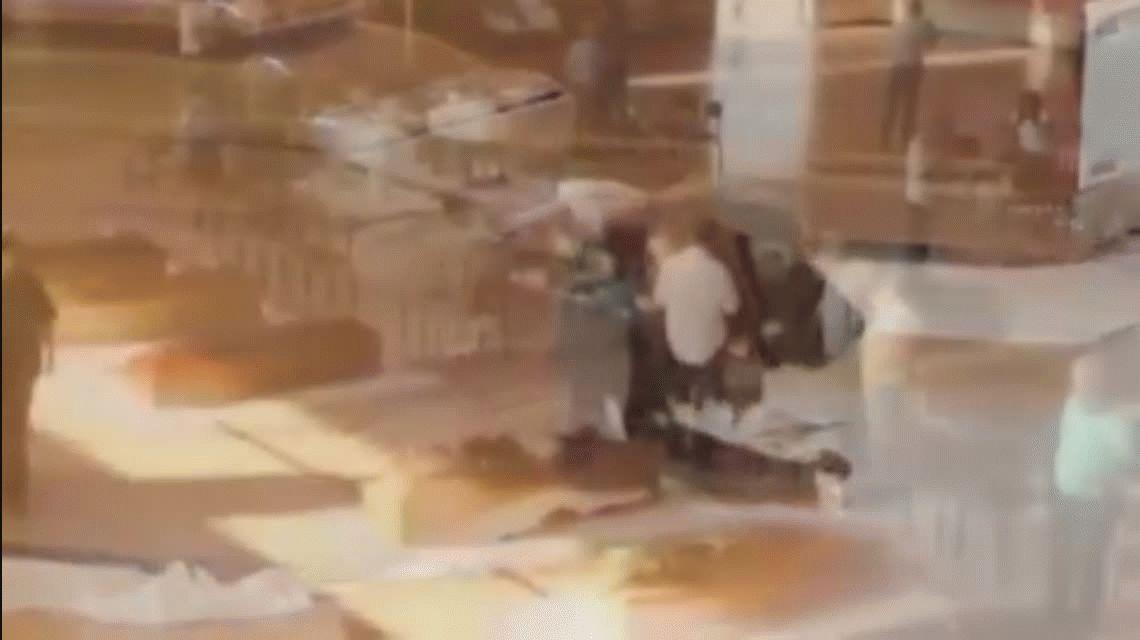 Conmovedor: un perro se negó a abandonar el ataúd de su amo, víctima del terremoto