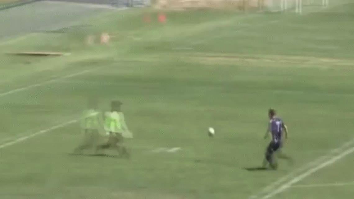 ¡Nunca visto! Hizo una increíble pirueta y terminó convirtiendo el gol