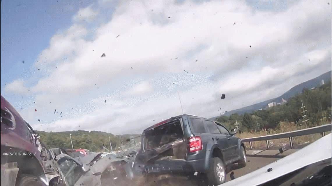 VIDEO: Brutal choque en Nueva York protagonizado por un camión que no frenó