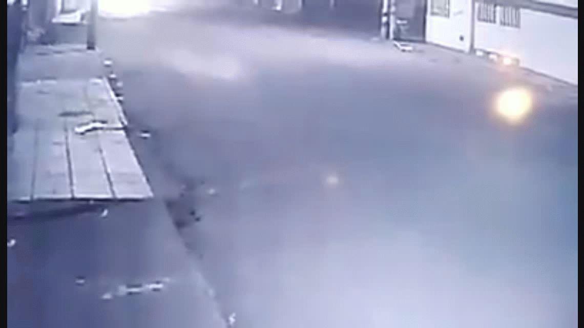Impactante: caminaba por una vereda, la atacaron 15 perros y terminó en el piso